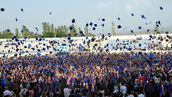 12 bin öğrenci kep fırlattı