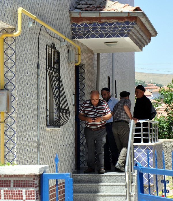 Diyarbakır'ın Lice ilçesi kırsalında bölücü terör örgütü mensuplarınca düzenlenen silahlı saldırıda şehit düşen 34 yaşındaki Astsubay Şükrü Ceylan'ın Kırıkkale'deki baba ocağına ateş düştü. ( Fatih Gökmen - Anadolu Ajansı )