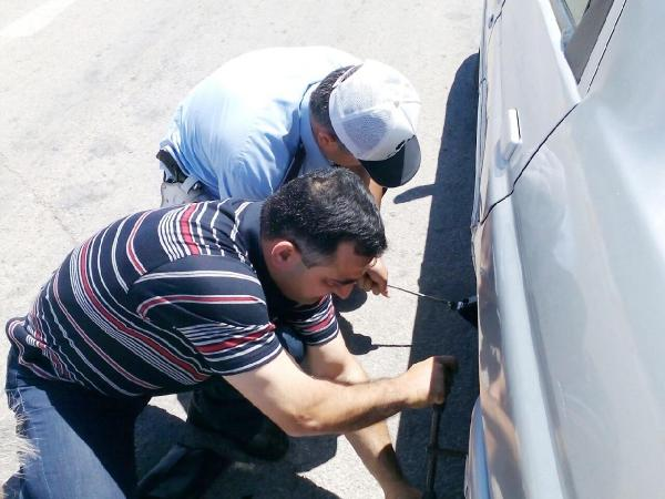 Trafik polisinden yardım eli