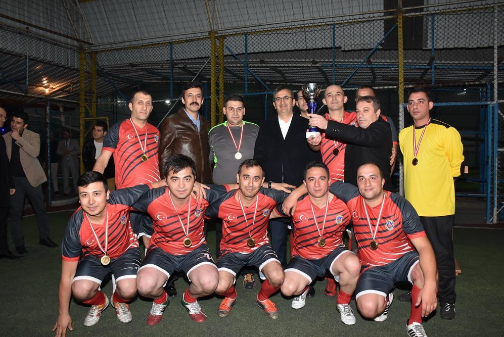 Cumhuriyet Başsavcılığı tarafından Kırıkkale Adalet Paydaşlarının motivasyonunu artırmak, sosyal ilişkilerini güçlendirmek ve spor yapmalarını teşvik etmek için ilkini organize ettiği Adalet Kupası futbol turnuvası final maçıyla tamamlandı.