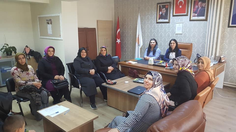 AK Parti Kadın Kolları İl Başkanı Esma Ünal, parti binasında yaptığı açıklamada, kadına yönelik şiddetin dünyanın her yerinde aynı biçimde tezahür ettiğini söyledi.