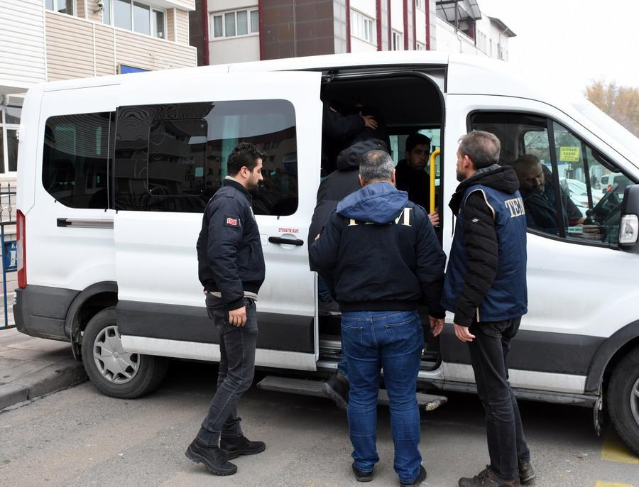"""Kırıkkale merkezli 9 ilde, Fetullahçı Terör Örgütü/Paralel Devlet Yapılanması'nın (FETÖ/PDY) """"askeri mahrem yapılanması""""na yönelik operasyonda adliyeye sevk edilen 3 muvazzaf asker adli kontrol şartıyla serbest bırakıldı."""