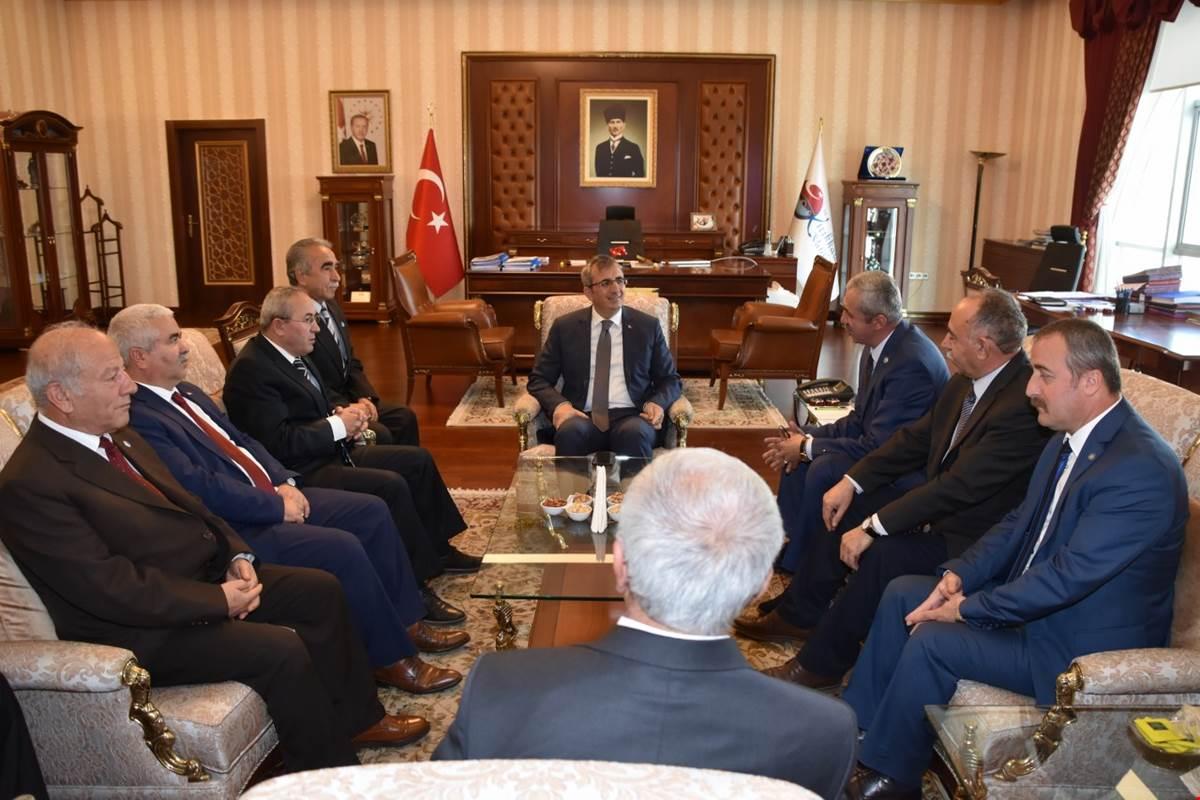 İYİ Parti Kırıkkale İl Başkanı Bülent Şükrü Altınışık, yönetim kurulu üyeleri ile birlikte, Kırıkkale Valisi Yunus Sezer'i makamında ziyaret ederek, hayırlı olsun dileklerinde bulundu.