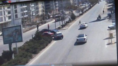 Kırıkkale'de kırmızı ışık ihlali yapan bir otomobil, 11 yaşındaki çocuğa çarparak ağır yaralanmasına neden olurken, bir başka kazada ise şehir içi dolmuşu hızını alamayarak kırmızı ışıkta bekleyen kamyon ve otomobilin arasına daldı.