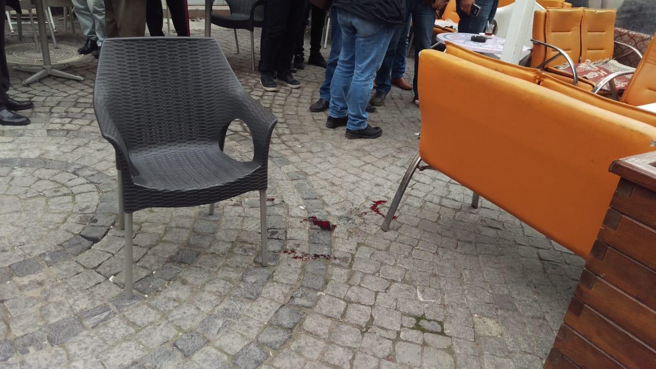 Kırıkkale'de bir çay evi sahibine dükkanı önünde pompalı tüfekle saldırı düzenlendi. Saldırı sonrası çay evi sahibi D.K. yaralanırken, saldırgan baba oğul polisler tarafından kıskıvrak yakalandı.