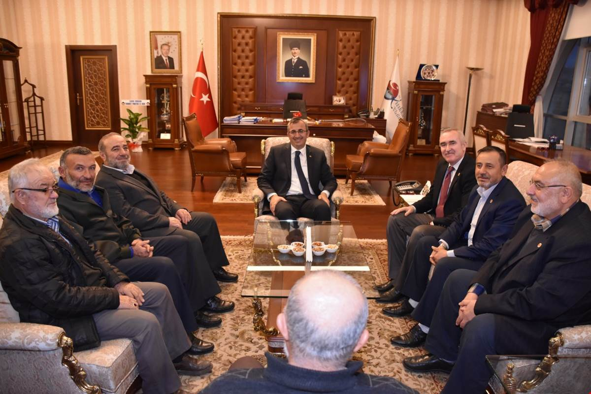 Saadet Partisi Kırıkkale İl Başkanı Faruk Vurgun, yönetim kurulu üyeleri ile birlikte, Kırıkkale Valisi Yunus Sezer'i makamında ziyaret ederek, hayırlı olsun dileklerinde bulundu.