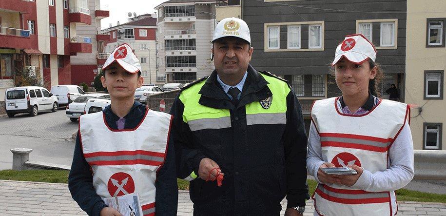 Kırıkkale Emniyet Müdürlüğü Bölge Trafik Denetleme Şubesi Müdürlüğü tarafından Kırıkkale'de sürücüleri emniyet kemeri konusunda uyardı.KIRI
