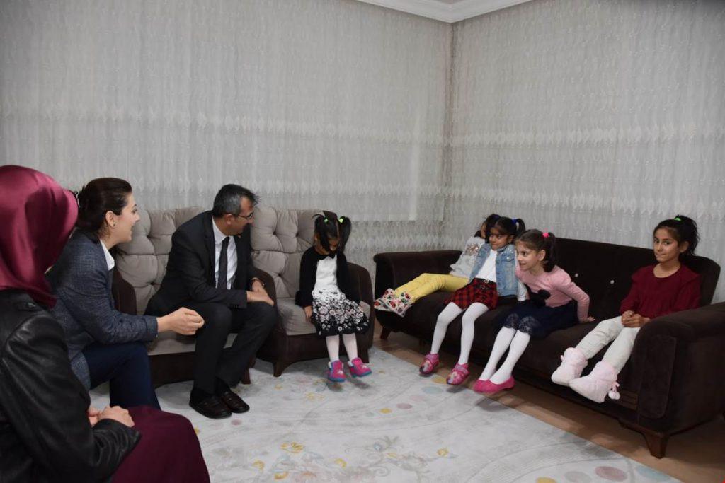 Kırıkkale Valisi Yunus Sezer, eşi Canan Sezer Hanımefendi ile birlikte Aile,Çalışma ve Sosyal Hizmetler İl Müdürlüğü Çocuk Evleri Koordinasyon Merkezine bağlı Hilal Çocuk Evini ziyaret etti.