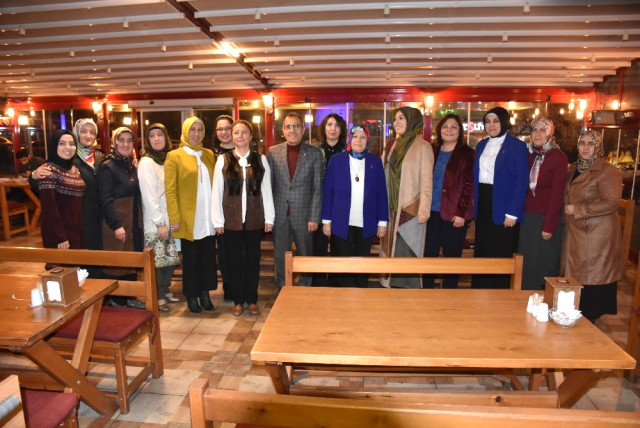 """AK Parti Kırıkkale İl Başkanlığı tarafından """"5 Aralık Dünya Kadın Hakları Günü"""" dolayısıyla kadınlara yönelik yemek programı düzenlendi."""