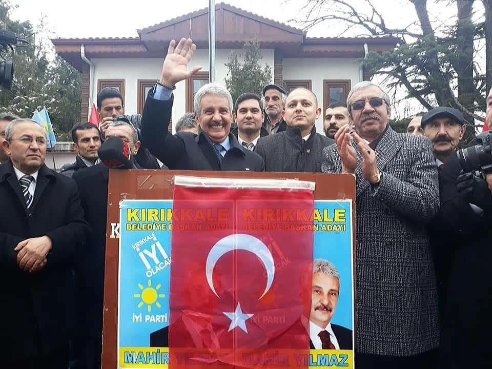 İYİ Parti-CHP ve DP´nin ortak adayı Mahir Yılmaz, düzenlenen bir programla sevenleriyele buluştu. Cumhuriyet Meydanında toplanan kalabalıkla yürüyen Yılmaz, Hüseyin Kahya Parkı önünde partililere hitap etti.