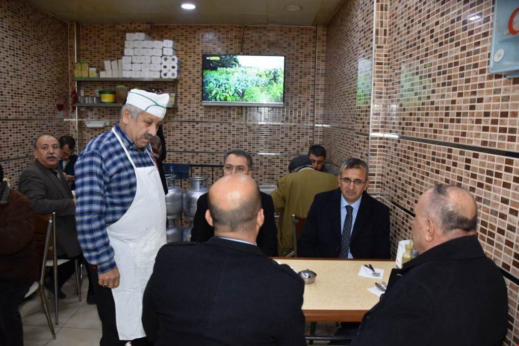 Cuma namazı çıkışı ilk olarak Çarşı Cami Kur'an Kursu'nda incelemelerde bulunan Vali Sezer, daha sonra esnafları ziyaret ederek, bir süre sohbet etti.
