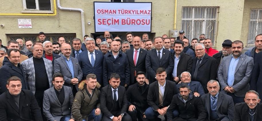 """""""Vekil, asıl ile buluşuyor"""" halk buluşmaları kapsamında bir ilki gerçekleştiren MHP Kırıkkale İl Teşkilatı, Türkiye´de de bir ilki gerçekleştirerek halkın sorunlarını dinlemek üzere milletvekilini Yahşihan halkıyla buluşturdu."""