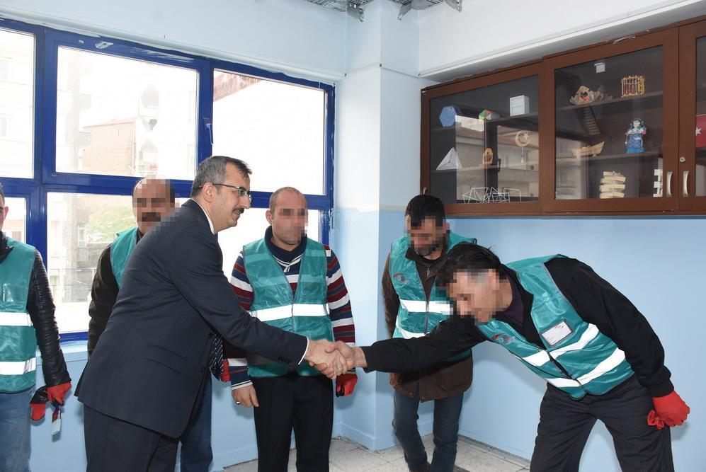 Kırıkkale'de denetimli serbestlik uygulamasından yararlanan 65 yükümlü, kamu hizmeti cezalarının infazı kapsamında yarıyıl tatilinde okullarda tadilat ve boya işlerini yapıyor.