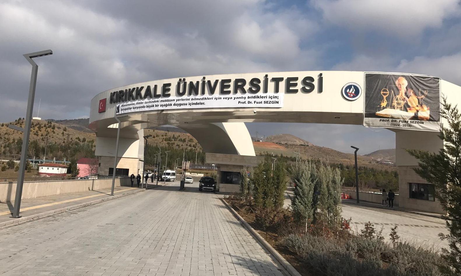 Fuat Sezgin Yılı etkinliklerini organize edecek olan Kırıkkale Üniversitesinde çalışmalar sürdürülürken, Üniversitenin girişinde bulunan 'Prof. Dr. Beşir Atalay Kampüsü' isminin üzerine asılan pankart dikkatlerden kaçmadı.
