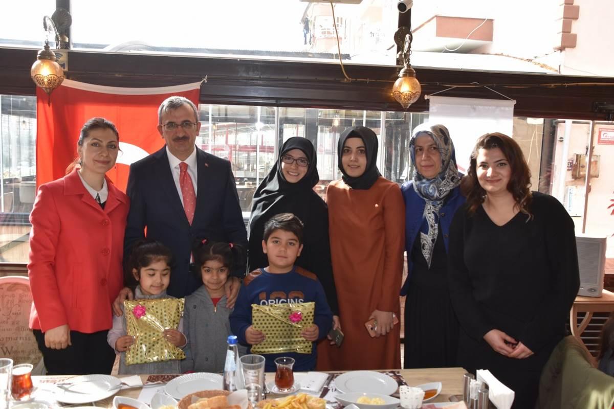 Kırıkkale Valisi Yunus Sezer ve eşi Canan Sezer, Aile Çalışma ve Sosyal Hizmetler İl Müdürlüğünce düzenlenen etkinlikte Koruyucu Aile ve Çocuklarla kahvaltıda bir araya geldi.