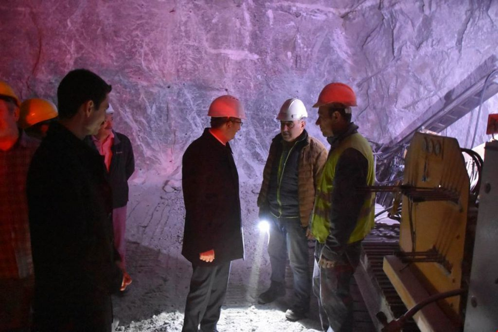 """Kırıkkale'de yerin 20 metre altından çıkan doğal kaynak tuzu maden ocağında incelemelerde bulunan Kırıkkale Valisi Yunus Sezer, """"Dünyanın en iyi tuzunu üretiyoruz"""" dedi."""