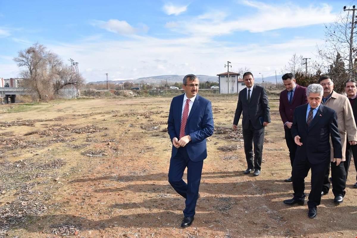 Kırıkkale Valisi Yunus Sezer, Trafik Çocuk Parkı'nın yapılacağı alanda incelemelerde bulundu.