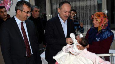 Kırıkkale Valisi Yunus Sezer ve Belediye Başkanı Mehmet Saygılı, kentte dünyaya gelen yeni yılın ilk bebeğine altın taktı.