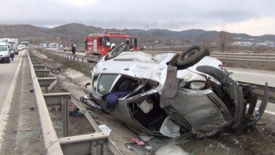 Kırıkkale'de bariyerlere çarpan otomobil su kanalına uçtu. Sürüklenen otomobilde sıkışan 4 kişi vatandaşların da yardımıyla sağlık ve itfaiye ekiplerince kurtarıldı.