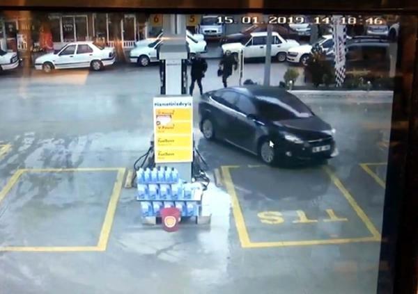 Kırıkkale'de, emekli Bircan- İrfan Güneş çiftinin, satın alacakları ev için bankadaki kasadan çektikleri 450 bin TL ile 50 bin TL'lik altının bulunduğu çantayı gasbeden 2 kişiden Yücel B., Ankara'da polis ekiplerince yakalandı.
