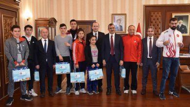 Kırıkkale Valisi Yunus Sezer, Türkiye Açık Kickboks Şampiyonasında dereceye giren sporcuları makamında kabul etti.
