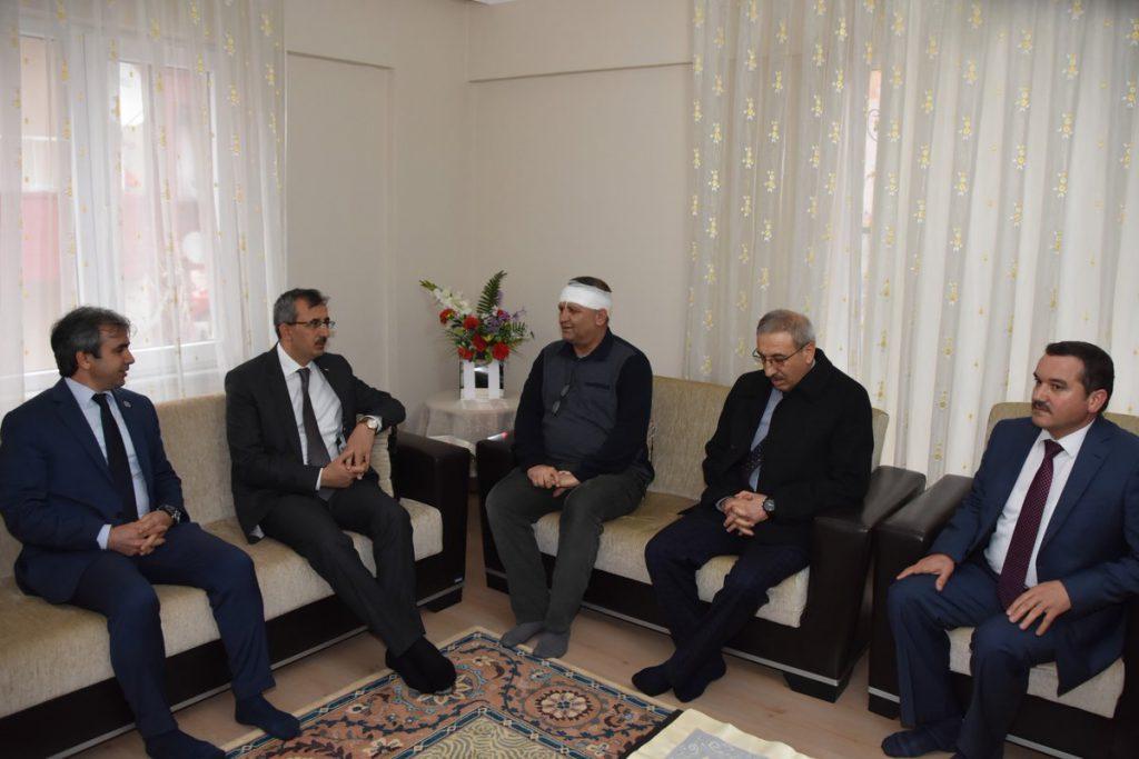 Kırıkkale Valisi Yunus Sezer, Gündoğdu Manas İlkokulu'nda bir veli tarafından bıçaklı saldırıya uğrayarak yaralanan öğretmeni ziyaret etti.