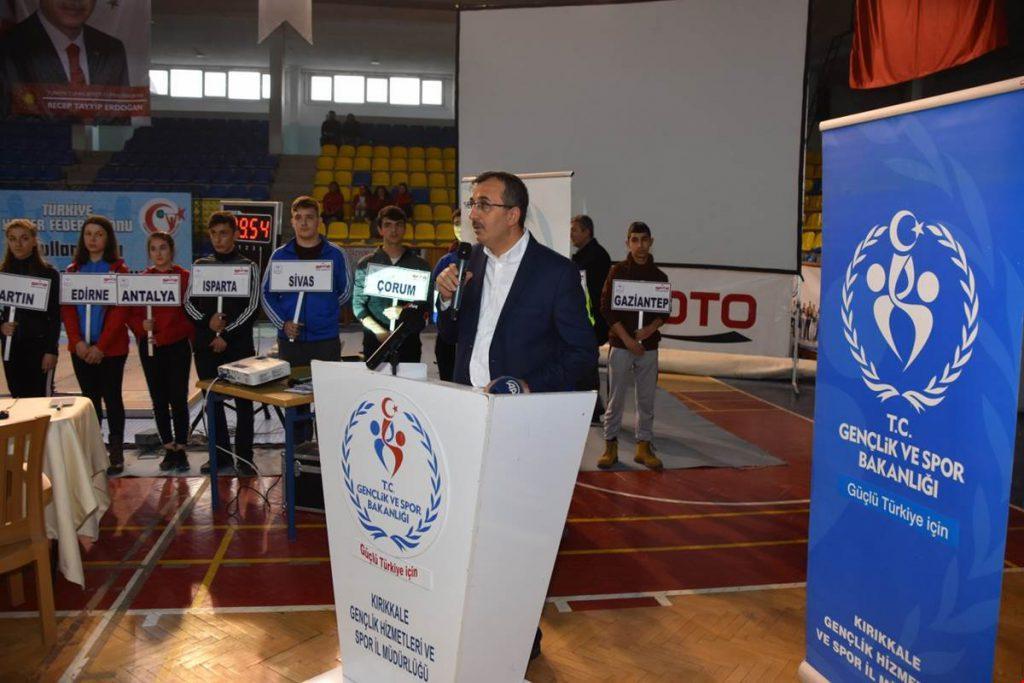 """Kırıkkale'nin ev sahipliği yaptığı, 45 ilden 335 sporcunun katıldığı """" Okul Sporları Türkiye Halter Şampiyonası"""" başladı."""