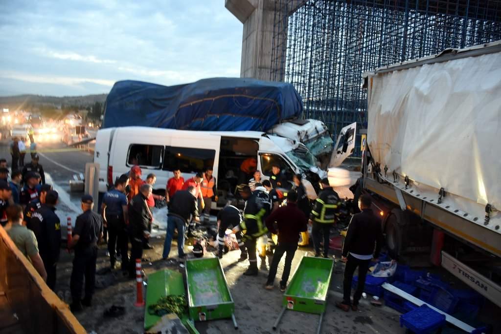 Kırıkkalede zincirleme kaza 2 ölü 17 yaralı 2 - Kırıkkale'de zincirleme kaza: 2 ölü, 17 yaralı