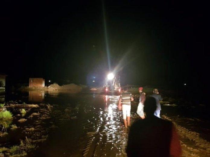 Sel suyu Kırıkkale Yozgat yolunu kapattı 1 - Sel suyu Kırıkkale-Yozgat yolunu kapattı