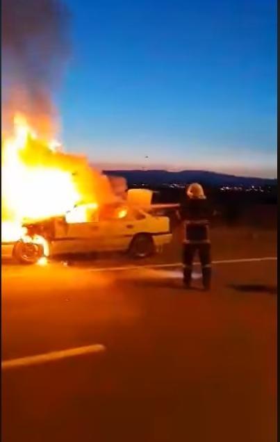 Seyir halindeki otomobil alev aldı 1 - Seyir halindeki otomobil alev aldı