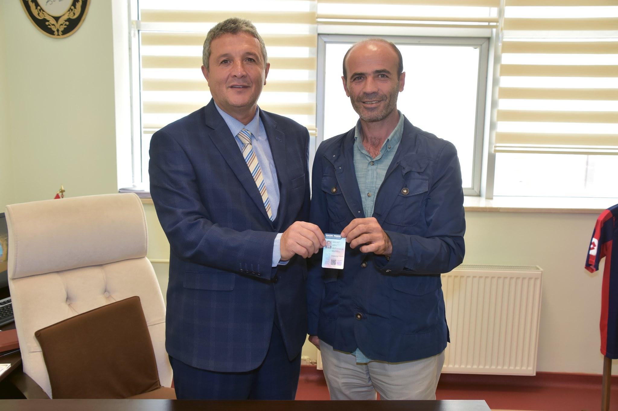 Erkoç yeni basın kartını aldı - Erkoç yeni basın kartını aldı