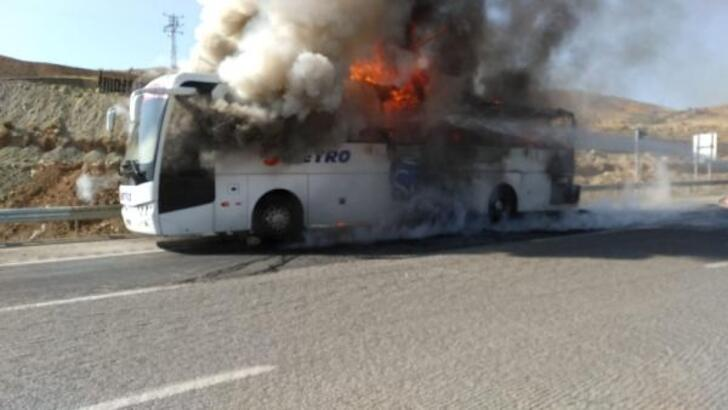 Yolcu otobüsü alev alev yandı - Yolcu otobüsü alev alev yandı
