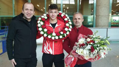Photo of Rekortmen halterci çiçeklerle karşılandı