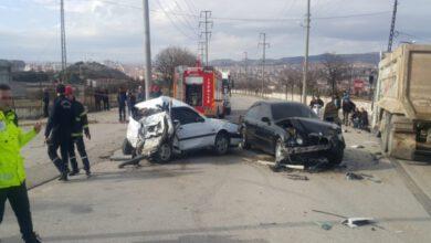 Photo of Kamyon İle 2 Otomobil Çarpıştı