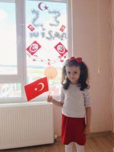 23 nisan balkon 2 225x300 - Kırıkkale'de 23 Nisan Coşkusu Evlerde Yaşandı