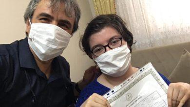 Photo of Engelli öğrencinin diplomasını evine kadar götürdü