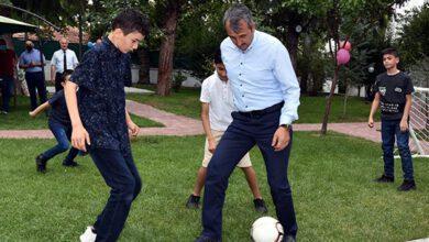Sezer, Sevgi Evlerinde Kalan Çocuklarla Futbol Oynadı